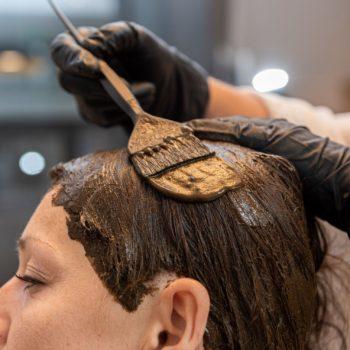 Application coloration végétale sur les cheveux